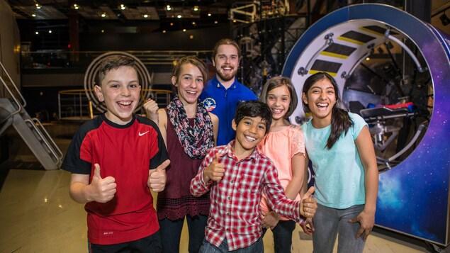 5 jeunes souriants et leur animateur