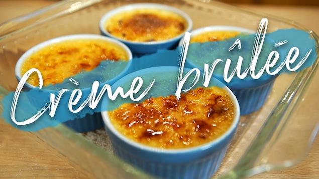 Quatre ramequins bleus de crème brûlée.