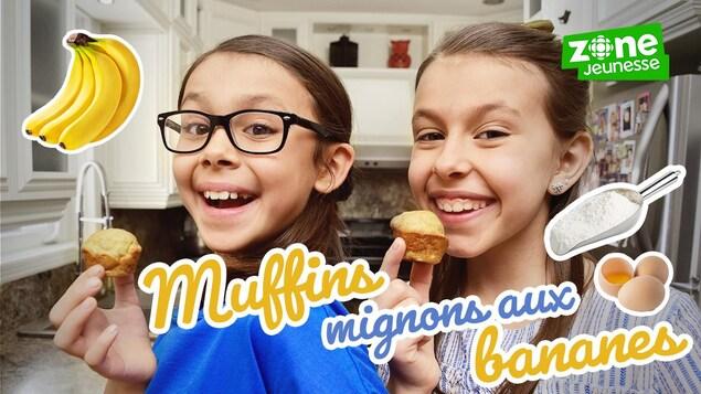 Alys et Mélia sourient dans la cuisine, elles préparent des muffins