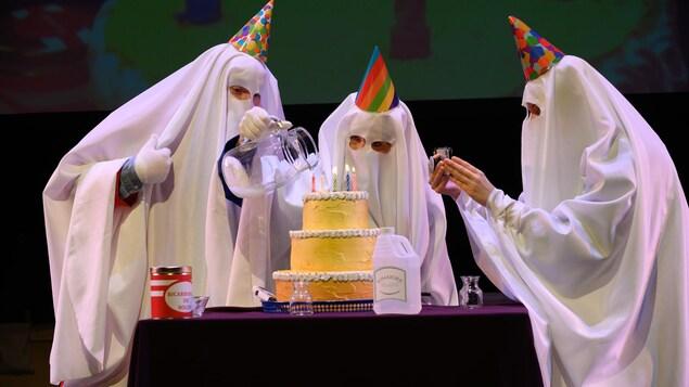 Trois fantômes scientifiques qui font des expériences sur un gâteau