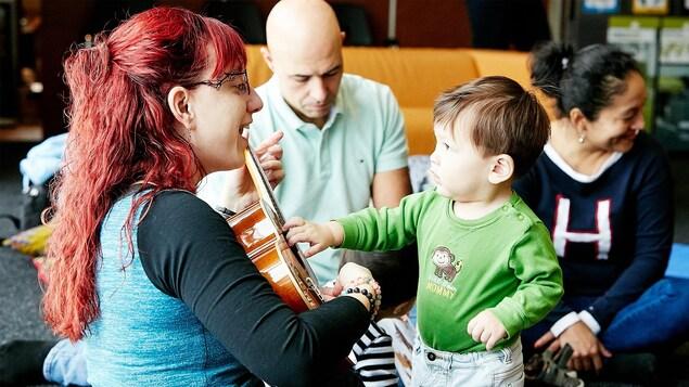 Une conteuse chante pour un petit garçon