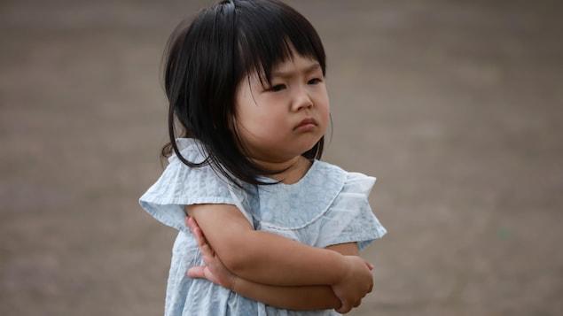 Elle est d'origine asiatique, elle a environ 3 ans et fait une moue boudeuse