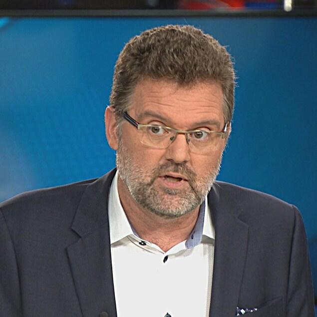 Maxime Pedneaud-Jobin dans le studio de Radio-Canada