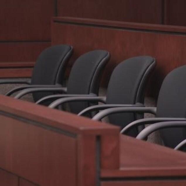 Les chaises dans le banc des jurés dans un tribunal. L'enquête du coroner sur la mort de Romeo Wesley aura finalement lieu à compter du 4 juilletdans la communauté de Mishkeegogamang, une réserve isolée du Nord-Ouest de l'Ontario.