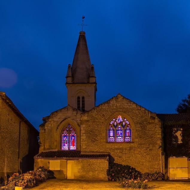 L'église éclairée durant la nuit