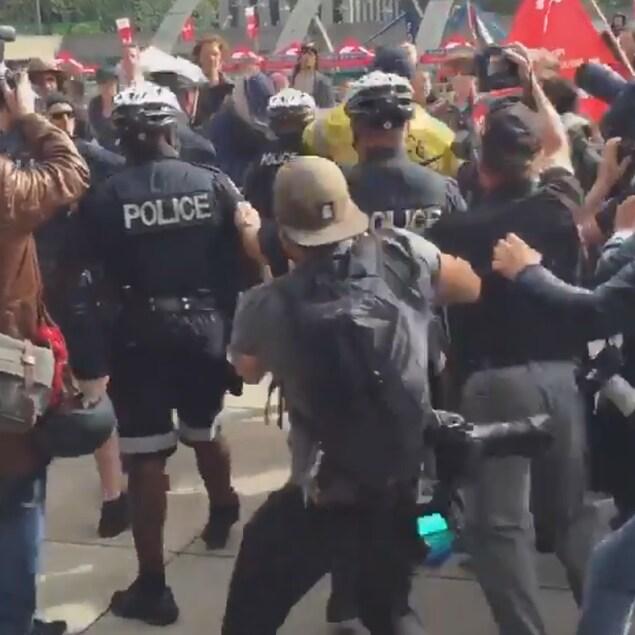 Des policiers, des photographes et des manifestants