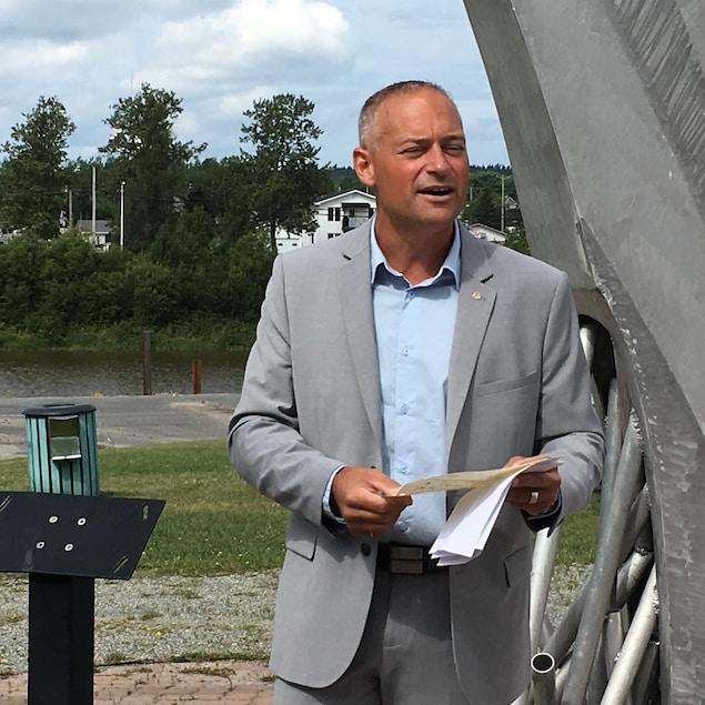 Le maire d'Amos, Sébastien D'Astous, lors de la première pelletée de terre des travaux pour l'aménagement de la passerelle Ulrick-Chérubin.