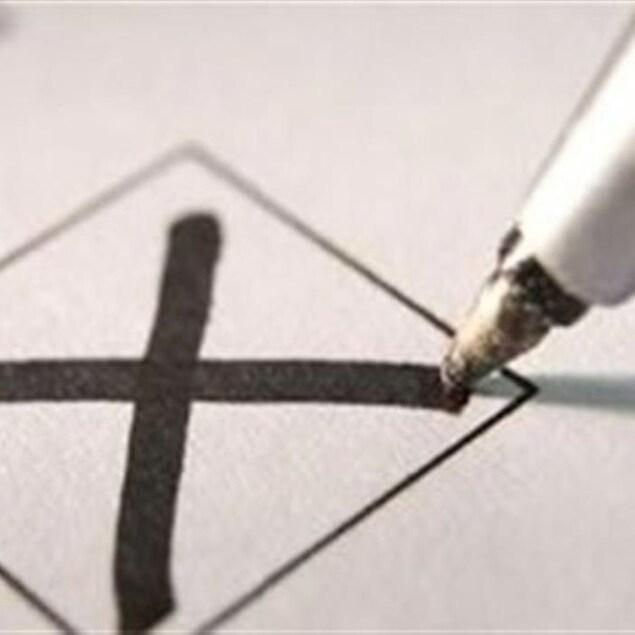 Les élections municipales auront lieu le 5 novembre prochain. Sur la photo, un crayon trace un X dans une case de vote.