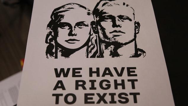 L'une des affiches montre un couple blanc et comporte le message «Nous avons le droit d'exister».