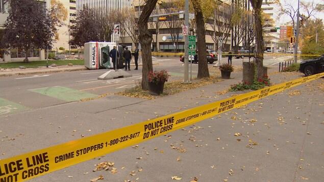 Des policiers d'Edmonton devant un camion U Haul renversé