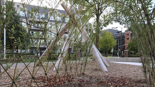Un jardin sensoriel est emménagé. Les gens peuvent traverser un petit passage de terre entouré de verdure.