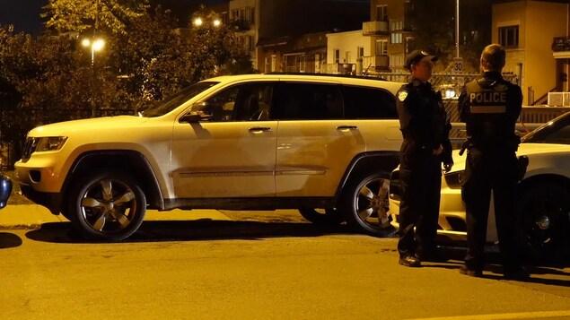 Véhicule utilitaire sport et deux policiers