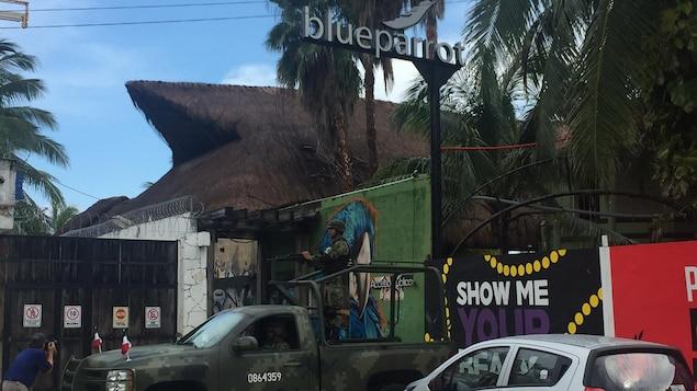 Des soldats sont stationnés devant le bar.