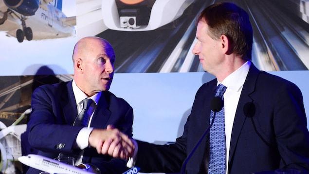 Le président et PDG de Bombardier, Alain Bellemare, serre la main du chef des opérations d'Airbus hélicoptères pour l'Amérique du Nord, Romain Trapp, le lundi 16 octobre 2017 à Montréal