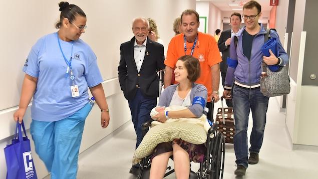 La patiente est en chaise roulante.