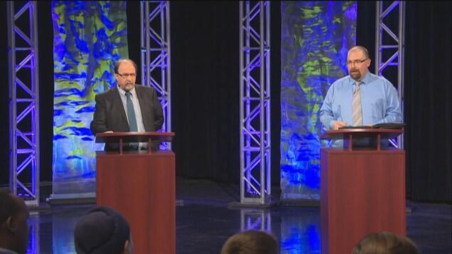 Roger Gauthier et Denis Simard derrière leur podium lors du débat des candidats à la présidence de l'ACF présenté à la Maison de Radio-Canada à Regina.