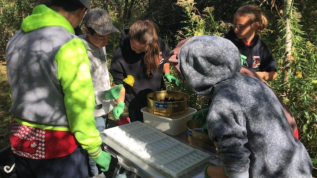 Pendant que les élèves pédalent, il y a parfois du matériel à transporter en voiture pour improviser un laboratoire tout près d'un cours, d'eau par exemple.