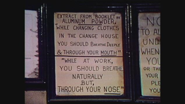Un écriteau qui explique aux mineurs comment respirer la poussière d'aluminium
