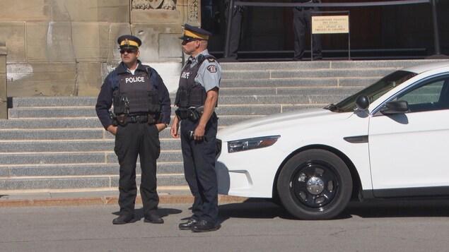 Deux policiers devant le Parlement à Ottawa