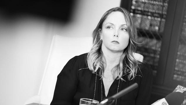 Photographie en noir et blanc de Louisette Geiss qui a livré son témoignage publiquement concernant les accusations d'harcèlement sexuel envers le producteur Harvey Weinstein