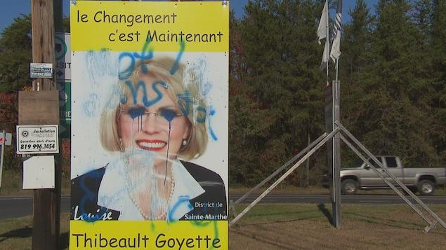 Pancarte électorale où le visage de la candidate a été gribouillé, à Trois-Rivières