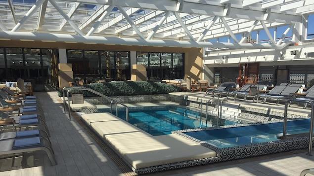 La piscine du navire de croisière de luxe Viking Sea, au port de Montréal.