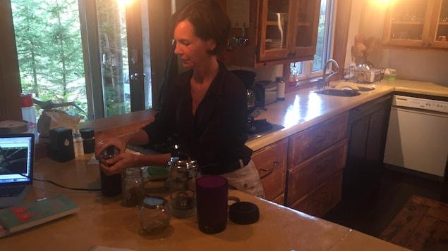 Véronique Lettre, propriétaire d'un café à Magog, milite pour le cannabis comestible.
