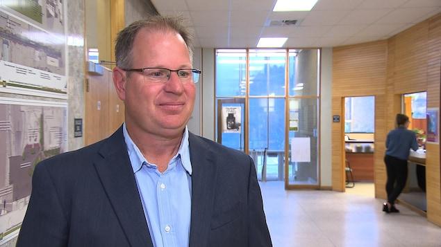 Le directeur général de la ville de Sept-Îles, Patrick Gwilliam, à l'hôtel de ville.