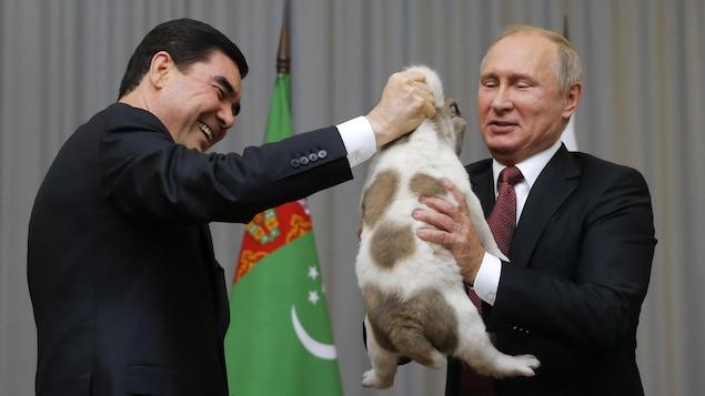 Le président du Turkménistan Kurbanguly Berdymukhamedov offre un chiot à son homologue russe Vladimir Poutine