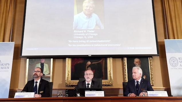 Une photo de Richard Thaler apparaît lors de l'annonce du gagnant du prix Nobel de l'économie 2017, à Stockholm, en Suède, le 9 octobre 2017.