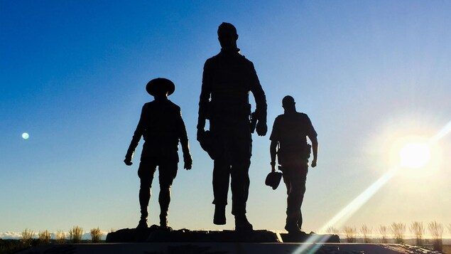 Le soleil se lève sur le monument en hommage aux trois policiers tués lors de la fusillade de Moncton, à quelques heures du verdict au procès de la GRC