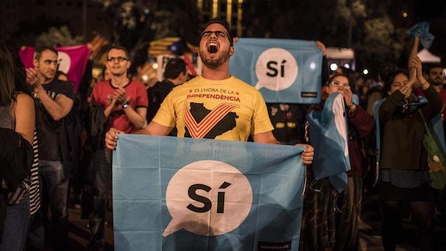 Un homme manifeste dans les rues de Barcelone alors que la police nationale espagnole a tenté d'empêcher la tenue du référendum sur l'autodétermination de la Catalogne.
