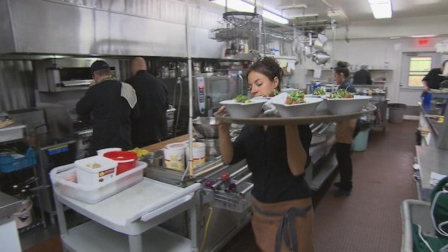 Employés au Castel des prés dans la cuisine