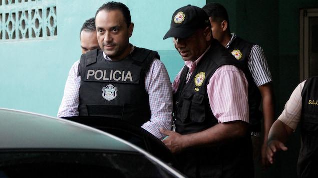 Roberto Borge est escorté par les policiers.