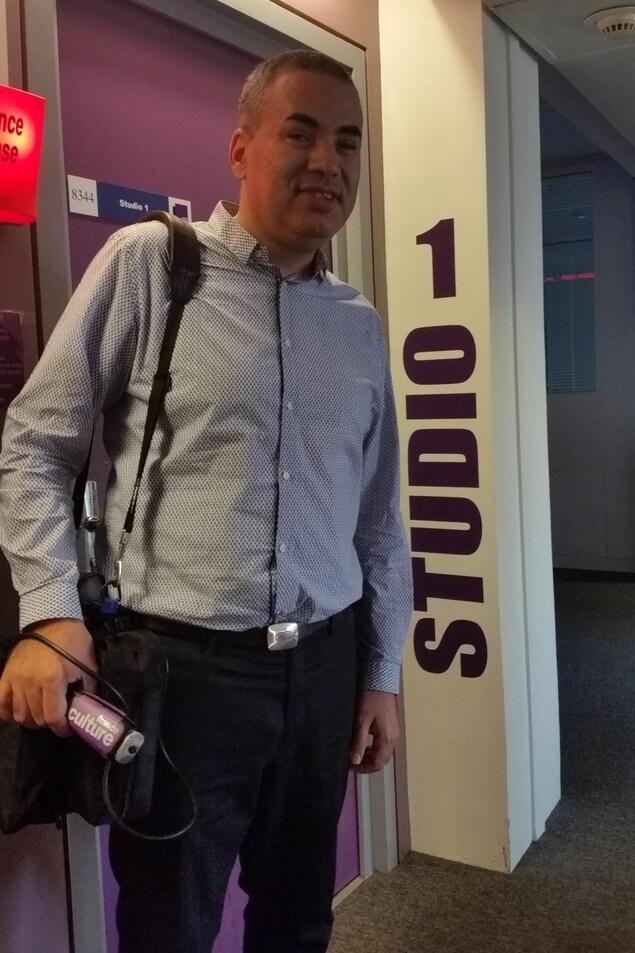Hakim Kasmi à la sortie d'un studio de radio