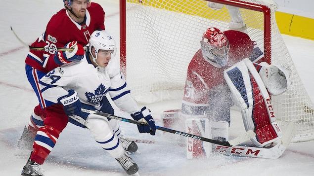 Auston Matthews, des Maple Leafs de Toronto, devant le filet du Canadien