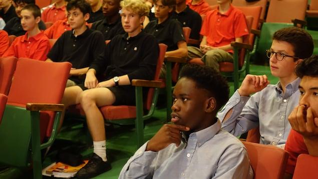 Des élèves de 4e secondaire attentifs.