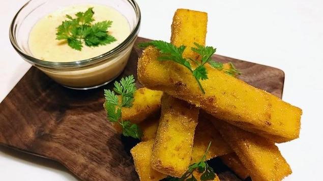 Bâtonnets de polenta grillés et sauce au maïs et fontina fumée