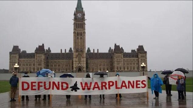 Manifestación en Ottawa contra la compra de aviones de combate.