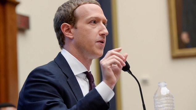 Mark Zuckerberg derrière un micro témoigne devant le congrès américain.