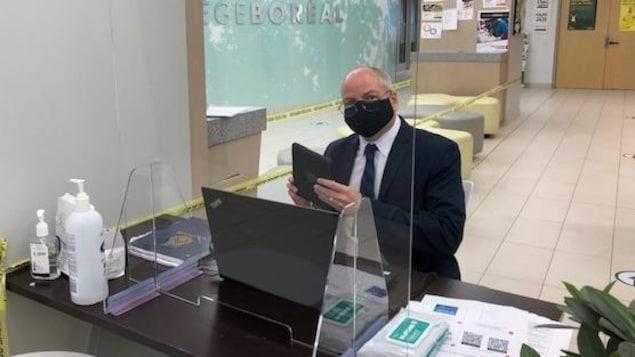 Gilles Marchildon, directeur du campus de Toronto du Collège Boréal porte un masque.