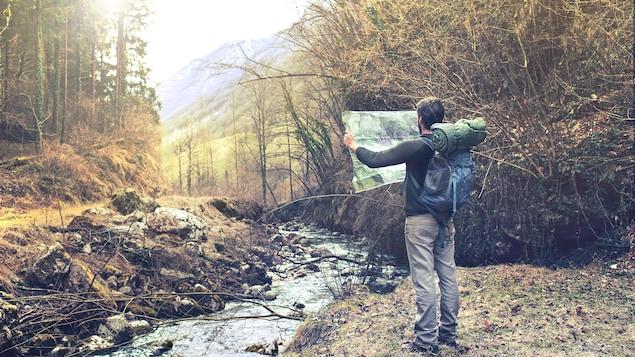 Un homme regarde une carte pour trouver son chemin.