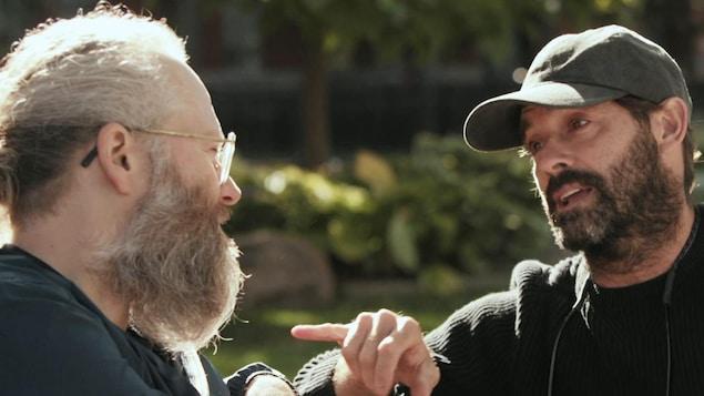 L'humoriste François Bellefeuille et le comédien-réalisateur Guillaume Lemay-Thivierge discutent à l'extérieur.