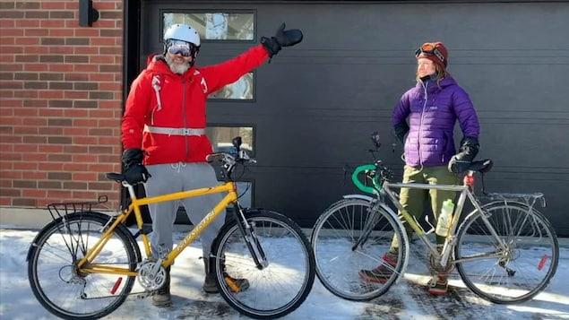 L'humoriste François Bellefeuille et sa collègue de travail devant une porte de garage avant leur départ en vélo.