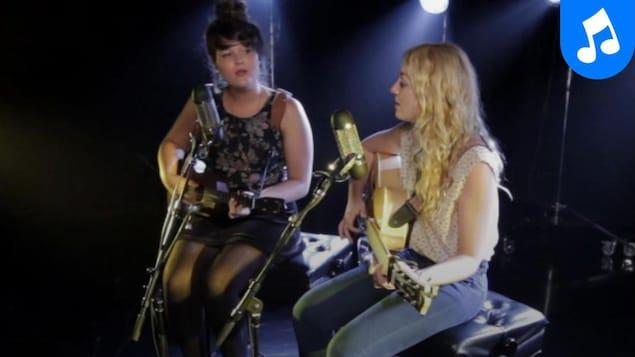 Les soeurs Boulay interprètent la chanson Les chats sauvages.