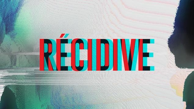 Le mot RÉCIDIVE est écrit en lettres majuscules rouges sur un fond blanc, taché de vert et de noir.