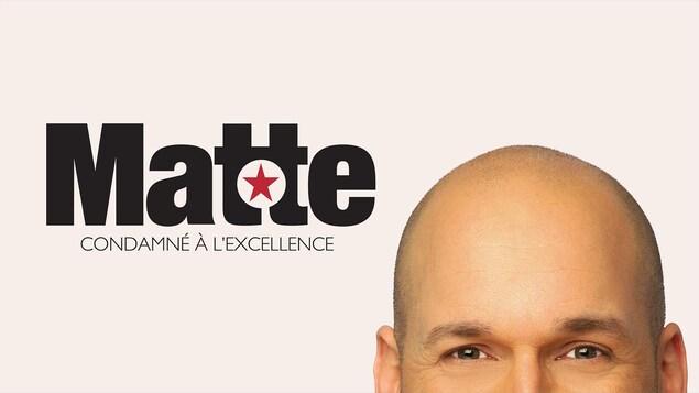Le nom du spectacle et le haut du visage de Martin Matte : ses yeux et le dessus de sa tête chauve.