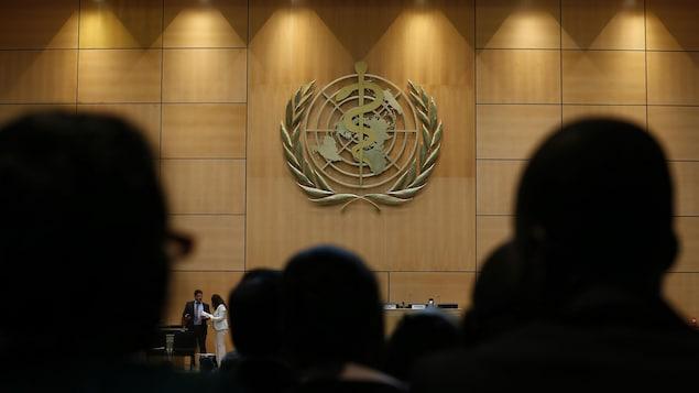 Le logo de l'Organisation mondiale de la santé au siège-social européen de l'ONU, à Genève.