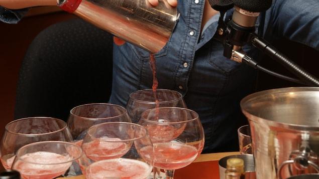 Gabrielle Panaccio prépare un cocktail festif et léger pour le temps des Fêtes.