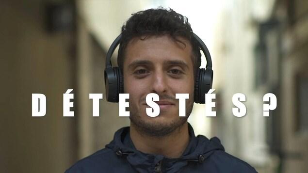 Le journaliste français Madjid Khiat est face caméra avec des écouteurs sur les oreilles.